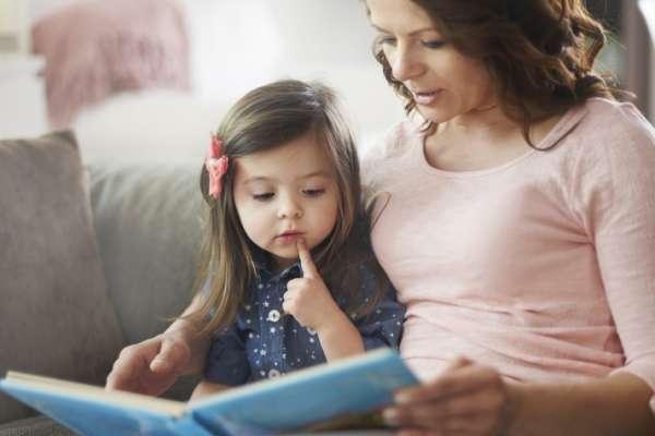Leer cuentos impresos es beneficioso para padres e hijos