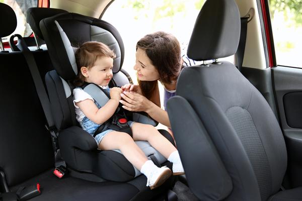¿Cuál es la forma correcta de trasladar niños en auto?